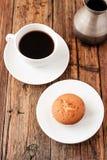 En uppsättning för turkiskt kaffe med den Cezve muffin och vit kuper, tjänat som på trätabellen Royaltyfria Bilder