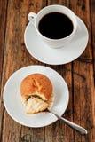En uppsättning för turkiskt kaffe med den Cezve muffin och vit kuper, tjänat som på trätabellen Arkivbild