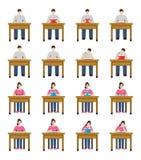 En uppsättningillustration av studenter som sitter och läser en bok Royaltyfria Bilder