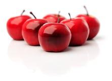 En uppsättning av sex röda plast- äpplen Royaltyfria Foton