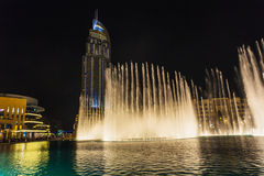 En uppsättning för rekord-inställning springbrunnsystem på Burj Khalifa Lake Fotografering för Bildbyråer