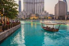 En uppsättning för rekord-inställning springbrunnsystem på Burj Khalifa Lake Arkivbilder