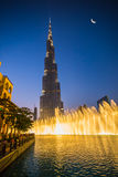 En uppsättning för rekord-inställning springbrunnsystem på Burj Khalifa Lake Royaltyfria Bilder