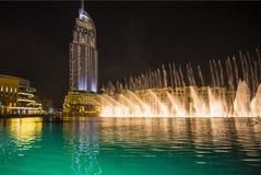 En uppsättning för rekord-inställning springbrunnsystem på Burj Khalifa Lake Arkivfoton
