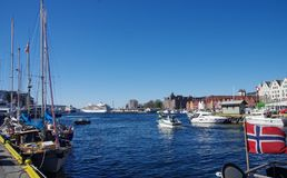 En upptagen marina och hamn på en solig dag, Bergen Norway Arkivbild