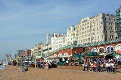 En upptagen söndag Lunchtime på Brighton Beach Royaltyfria Bilder
