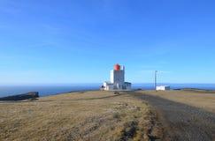 En ursnygg dag på den Dyrholaey fyren i Island Arkivfoton