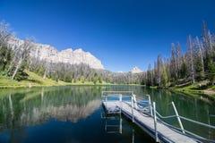 En ursprunglig alpin sjö i Wyoming med en liten pir Arkivbilder
