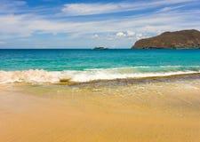 En ursprunglig strand i de lovart- öarna Arkivbild