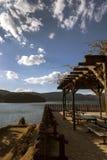 En uteplats vid sjön Fotografering för Bildbyråer