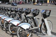 En uthyrnings- station för cykel i Moskvastad Arkivfoto