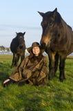 En utomhus- kvinna med henne hästar. Fotografering för Bildbyråer