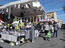 En utomhus- marknad i förorterna av Rome royaltyfri fotografi