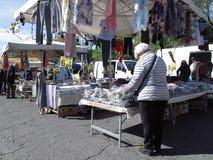 En utomhus- marknad i förorterna av Rome royaltyfria foton