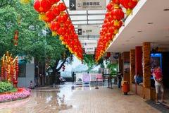 En utomhus- plattform med handelpaviljonger nära ingången av Reed Flute Cave, som lokaliseras i den kinesiska staden av Guilin royaltyfri foto
