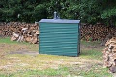 En utomhus- Wood panna med överflöd av vedträt Arkivfoton