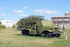 En utställning av museet av mm 300 strålsystemet av brand för salva BM31-12 på chassiet ZIS-151 Arkivfoto