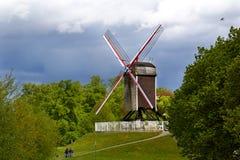 En väderkvarn på a på en kulle i Bruges Fotografering för Bildbyråer