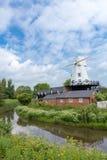 En väderkvarn vid floden Rother som ses i råg, Kent, UK Arkivfoto