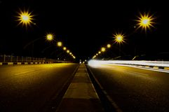 En väg i natten Arkivfoton