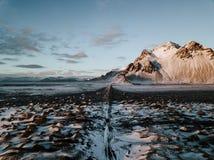 En väg i Stokksnes, Island på solnedgången arkivbilder
