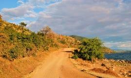 En väg längs kusterna av sjön Niassa Arkivfoto