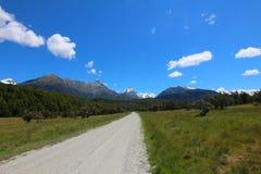 En väg längs pilen River Valley, Nya Zeeland fotografering för bildbyråer