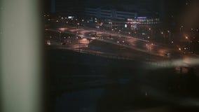 En väg med bilar på natten i staden En sikt från fönstret av en nedgående hiss lager videofilmer