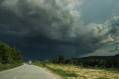 En väg och en stormhimmel Royaltyfri Fotografi