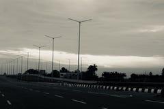 En väg på huvudvägen på en molnig dag royaltyfri fotografi
