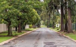 En väg som går ner en kulle på ett halt lutningsbegrepp fotografering för bildbyråer