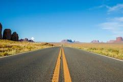 En väg, som kör till och med monumentdalen, USA Royaltyfria Bilder