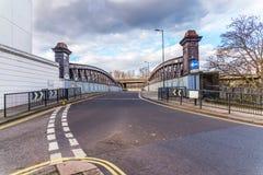 En väg till bron, vänder på bakgrunden till det vänstert, Engli fotografering för bildbyråer