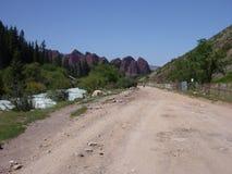 En väg till den Jety Oguz byn i Kirgizistan royaltyfri bild