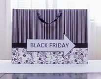 En vägBlack Friday försäljning på shooping påse Royaltyfri Bild