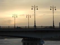 En vägbro med härliga lyktor Arkivfoto