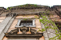 En vägg av en byggnad Arkivbilder