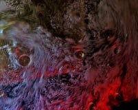 En vägg av koka vatten i mitt av den och exponerad i rött arkivbilder