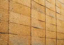En vägg av orienterade trådbräden arkivbild