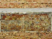 En vägg av tegelsten med en olik typ av murverket arkivbild