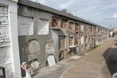 En vägg av ugnscrypts i en New Orleans kyrkogård Royaltyfri Bild