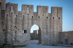 En vägg med ett ärke- tillträde Royaltyfria Foton