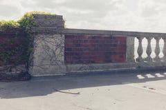 En vägg och balustrader vid havet arkivbilder