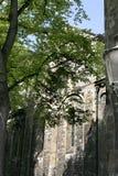 En vägg och fönster av en kyrka i Maastricht, Nederländerna Royaltyfri Bild
