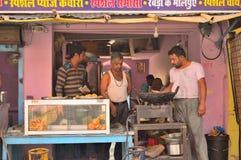 En vägren shoppar sälja olika typer av mellanmål Arkivfoton