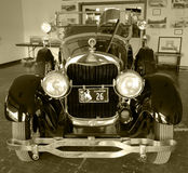 En väl bevarad antik bil i en gammal klassisk visningslokal Royaltyfri Fotografi