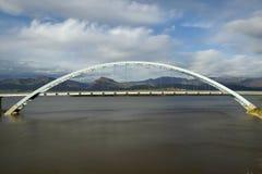 En välvd bro över Theodore Roosevelt Lake, nära Roosevelt Dam på genomskärningen av 88 och 188 som är västra av Phoenix AZ Arkivbilder