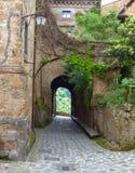 En välvd passage i en Tuscan kullestad royaltyfria foton