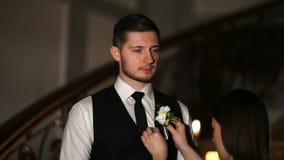 En vän för brudgum` s bär en boutonniere lager videofilmer