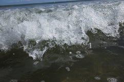 En våg bryter Arkivfoto